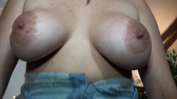 Une jeune maman salope à gros seins