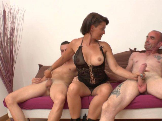 Salope à gros seins double pénétrée, sodomisée en levrette !