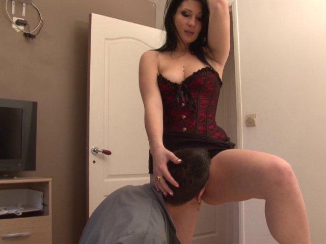 Amatrice de sexe montre ses gros nichons au technicien