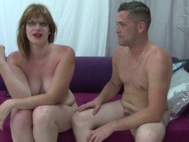 Une blonde à lunettes à gros seins