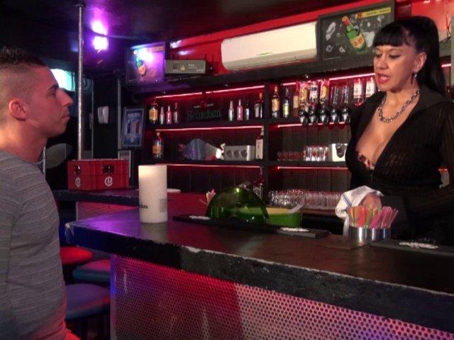 Une femme Cougar baise avec un jeune dans un bar